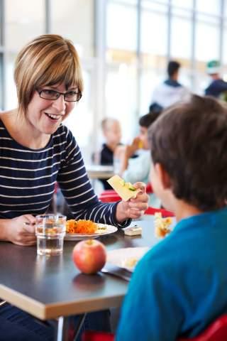 Vuxen och elev äter skolmat [1]